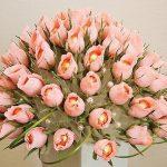 Букет из тюльпанов нежно-розового цвета с конфетами внутри