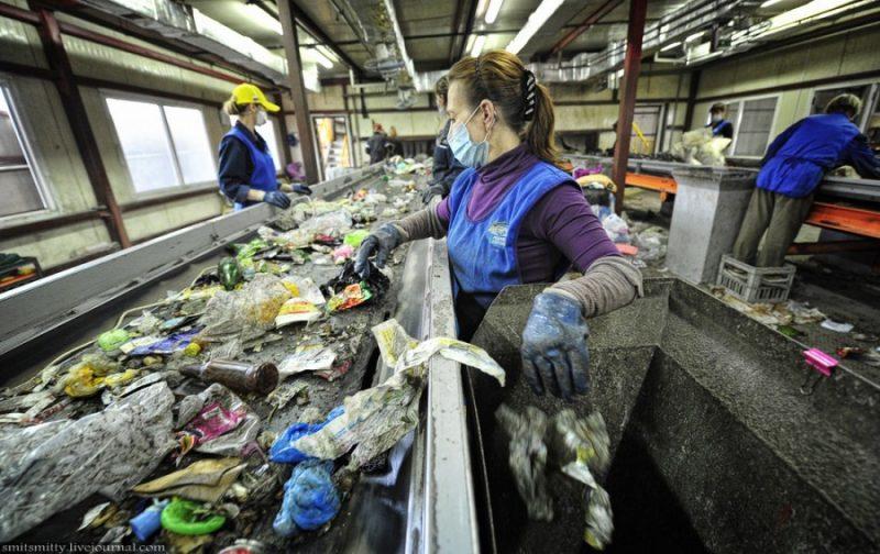 Работник на переработку мусора