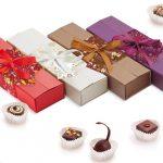 Конфеты с начинкой из вишни, грильяжа, шоколада и сгущенного молока в прямоугольной подарочной упаковке