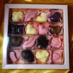 Набор шоколадных конфет в темной, белой и розовой глазури