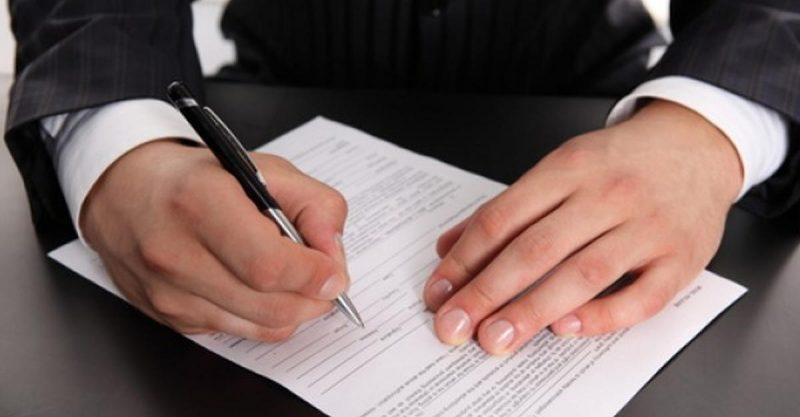 Человек с ручкой и документом
