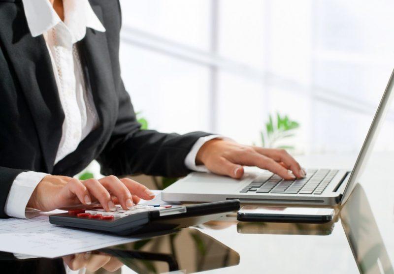 Женщина с ноутбуком и калькулятором