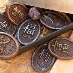 Монеты из шоколада, декорированные в разичные оттенки