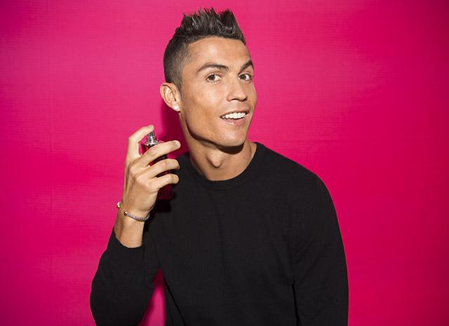 Роналду с флаконом духов — он зарабатывает, продвигая свою линию ароматов