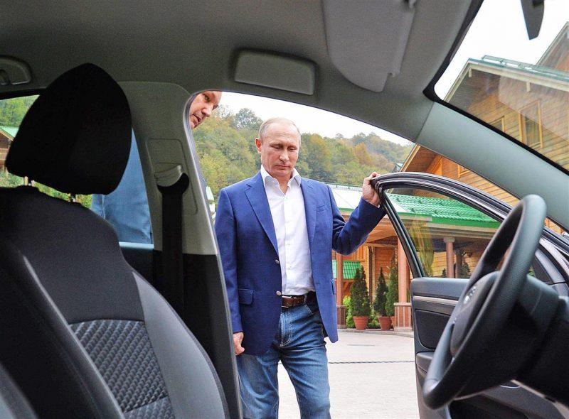 Путин открывает дверь автомобиля