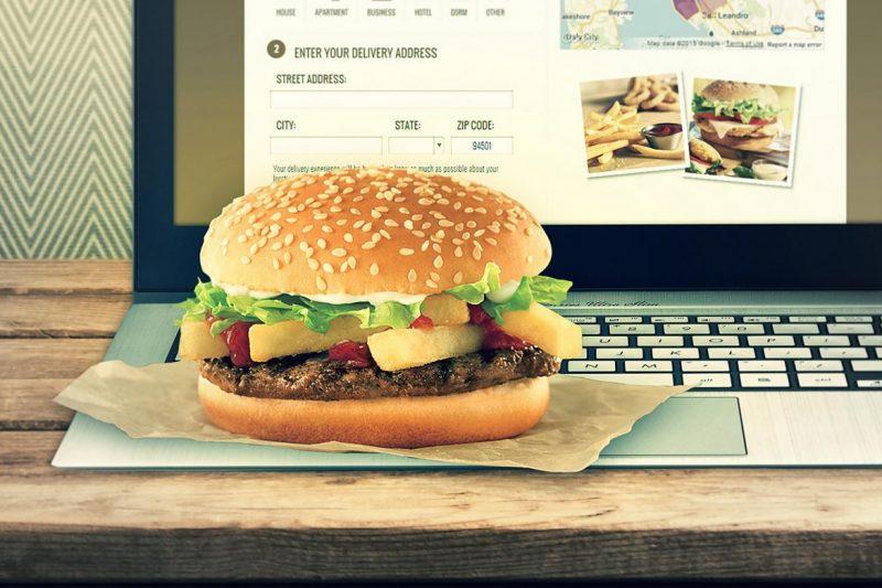 Ноутбук и гамбургер
