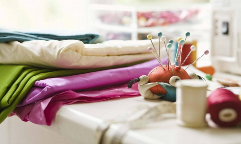 Рулоны ткани и булавки