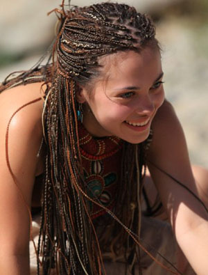 Девушка с афрокосичками