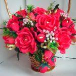 Плетеная корзинка с темно-розовыми розами из конфет