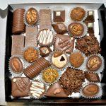 Конфеты ручной работы из темного и белого шоколада с различными начинками