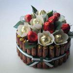 Букет из конфет в виде белых цветов и красных ягодок в оригинальной корзинке