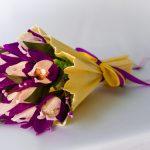 Очаровательный букет из сиреневых цветов со сладкой начинкой