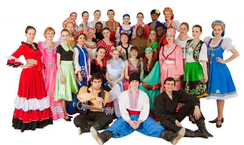 Множество людей разной национальности в традиционных костюмах