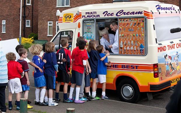 Очередь из детей к фургончику с мороженым