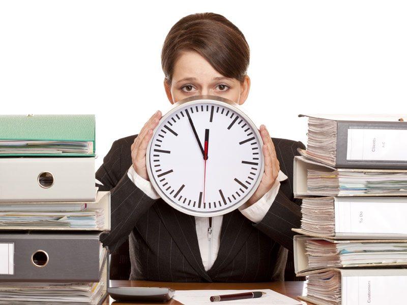 Работница с часами и документами