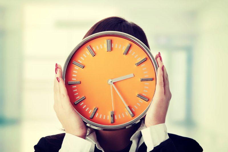 Женщина закрыла лицо часами