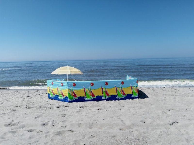 Параван (пляжный заборчик) на фоне моря