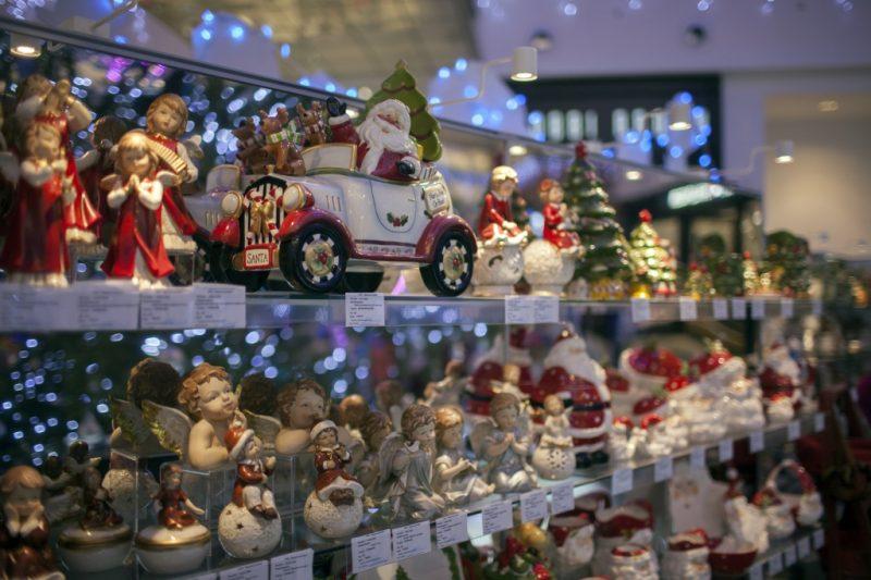 Ёлочные игрушки на стеллаже в магазине