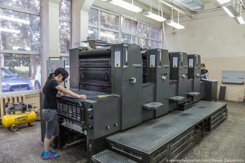 Работница в типографии