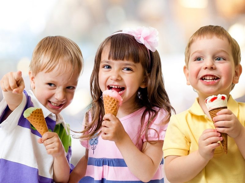 Три ребёнка с мороженым