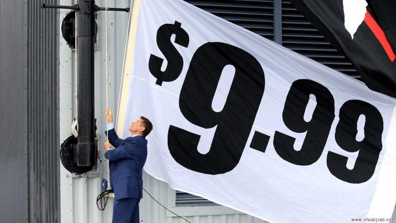 Мужчина в костюме натягивает баннер с надписью: «$9.99»