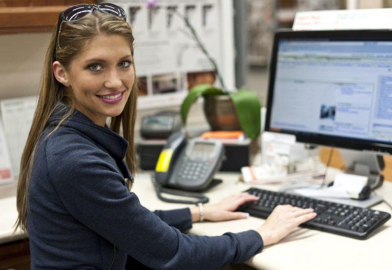 Молодая девушка около компьютера