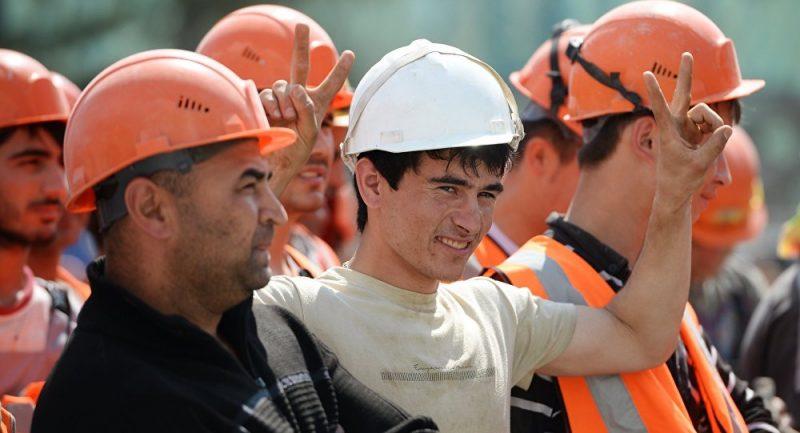Нерусские мужчины в одежде строителей