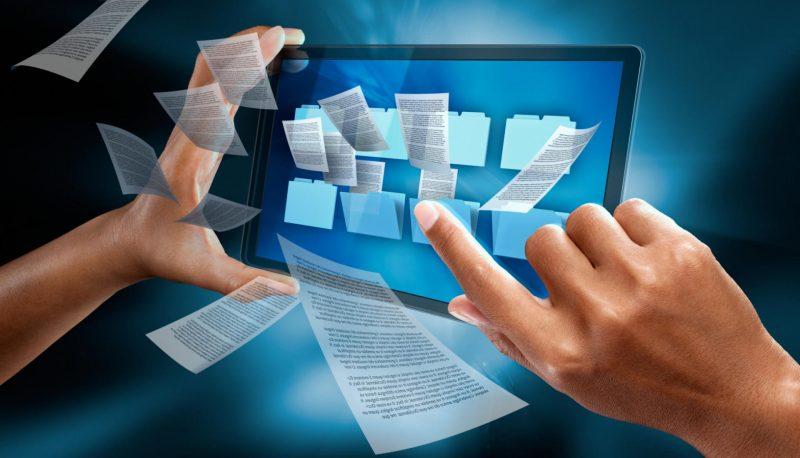 Руки на фоне схематичного электронного документооборота